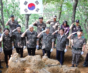 President Moon Jae-in (During his time in the Congress) at the recovery sites (2013.06.14. Gyeonggi-do Pajusi Gwangtan-myeon) 대표 이미지