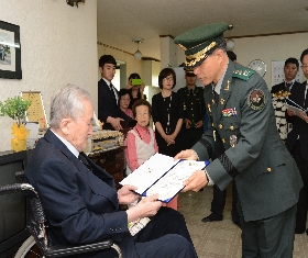 Certificate of identity confirmation was delivered to the bereaved family (MAKRI Commander, Hong Jae-gu) 대표 이미지