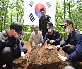 Actor Choi Bool-am at the recovery sites (2015.06.11.Seohwa-ri Gosungjae) 대표 이미지