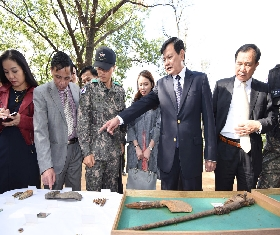 Vietnames Deputy Minister of Defense at the recovery sites (2015.10.02. Goyang-si Simli Mountain) 대표 이미지